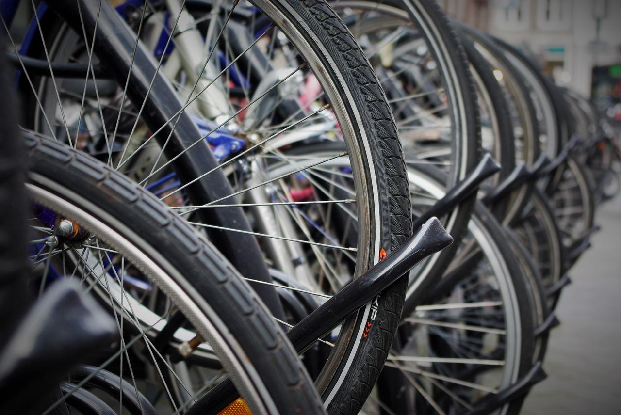 Cykelställ och papperskorgar för olika verksamheter
